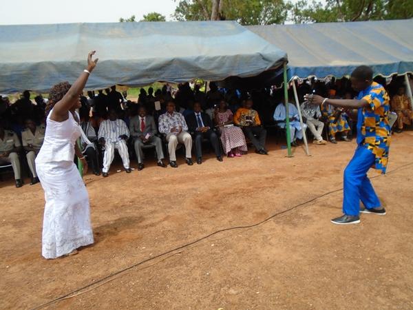 L'artiste Finfou (en bleu) a apporté une touche musicale à la cérémonie