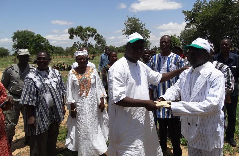 Remise du prix pour le meilleur bosquet par Lassina Sawadogo, représentant le ministre de l'environnement. © Burkina24