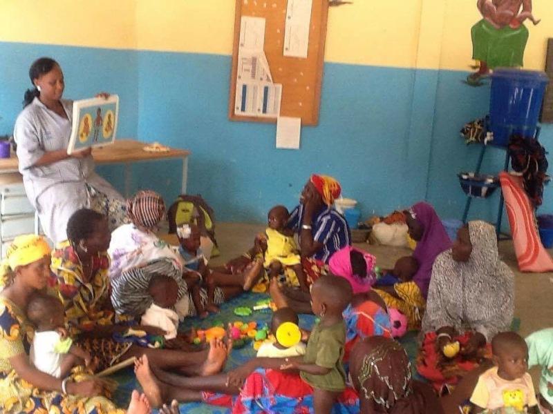Séance de sensibilisation dans le Centre de récupération et d'éducation nutritionnelle interne du Centre hospitalier régional de Dori.