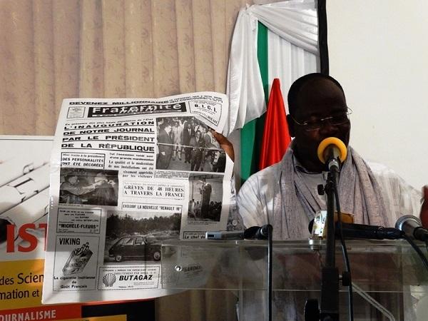 Venance Konan a offert un exemplaire du Numéro 1 de Frat Mat - © Burkina24