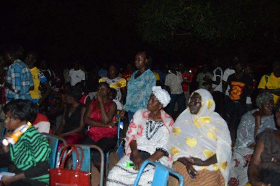 Des femmes suivant une projection - © Burkina24