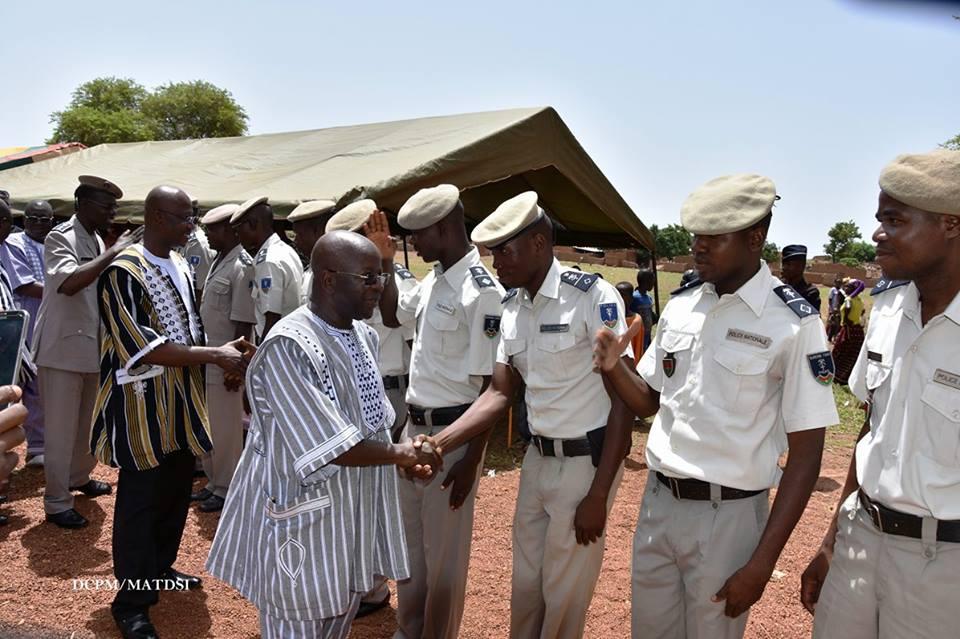Simon Compaoré saluant le personnel du commissariat rénové - © DCPM MATDSI