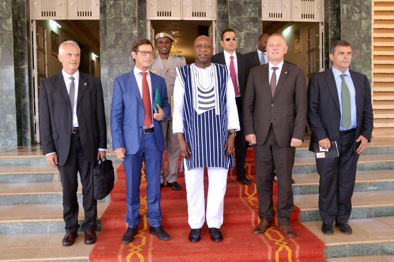 La Premier ministre pose avec le chef de la section politique de l'UE et Pierre Reuland, représentant spécial d'Interpol auprès de l'UE. © DCPM Premier ministère.