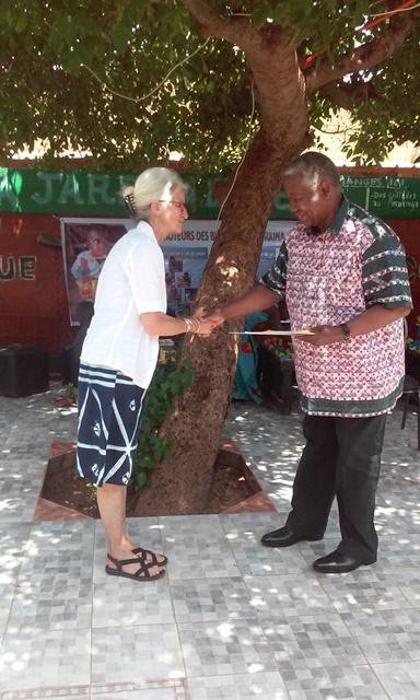 Allyson Taché remettant un exemplaire du manuel au parrain Gaston Kaboré