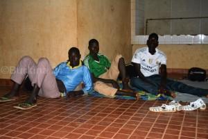 Ces jeunes dorment aussi au stade du 4-Août en attendant les épreuves sportives du concours de la police - ©Burkina 24