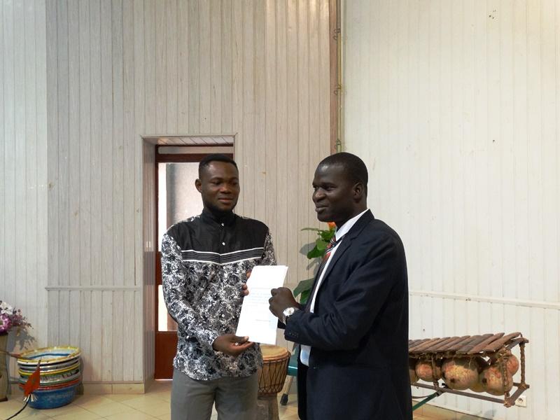 Maarouf Nébié (gauche) remet l'Appel de la jeunesse à Larba Pilga, DG de la jeunesse et de l'éducation permanente