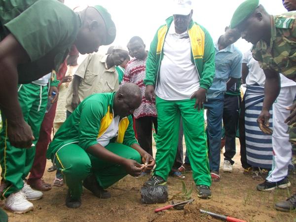 Le représentant du Gouverneur, Abdoulaye Bassinga procédant au lancement du reboisement