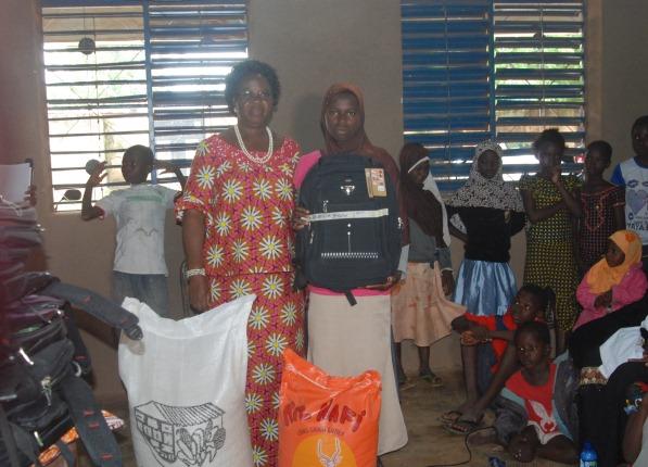 Tout comme elle, les pensionnaires ont obtenu chacune un kit scolaire, un sac de maïs et un sac de riz