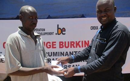 Un des 912 bénéficiaires recevant son coupon des mains du chef de projet