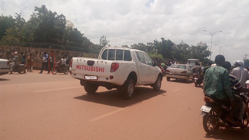 L'automobiliste (encerclé en rouge) a été mis aux arrêts - © Burkina24