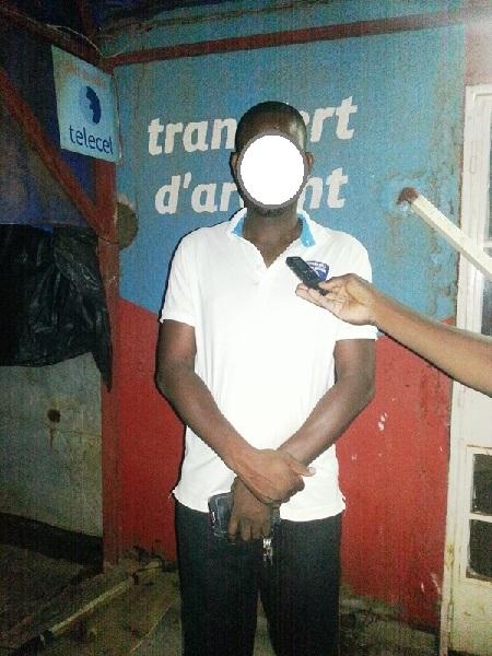 Antoine Kaboré, administrateur de la gare devant le bureau de Airtel Money concerné par le braquage -  © Burkina24