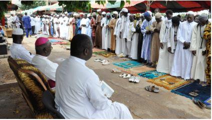 Archevêque Paul Ouédraogo en compagnie d'autres leaders religieux à la place de la nation en août 2012 © screenshot.