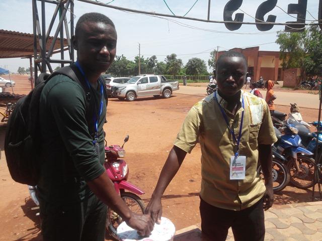 Avant d'aller faire la quête de porte à porte, les étudiants Moussa Khalifa et Ndengar Mabe ont fait leur part