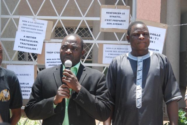 Bassolma Bazié (à gauche) et le président de mois de l'UAS ont reitéré leur soutien aux travailleurs des medias publics en grève