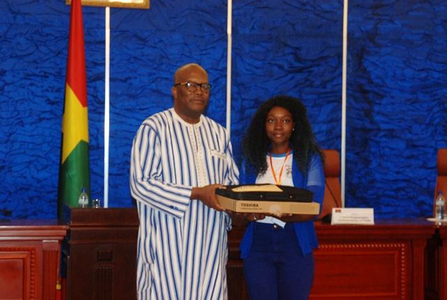 La 1ère au BAC série D Hilda Paré a obtenu un ordinateur portable et la somme de 750 000 FCFA en guise de récompense