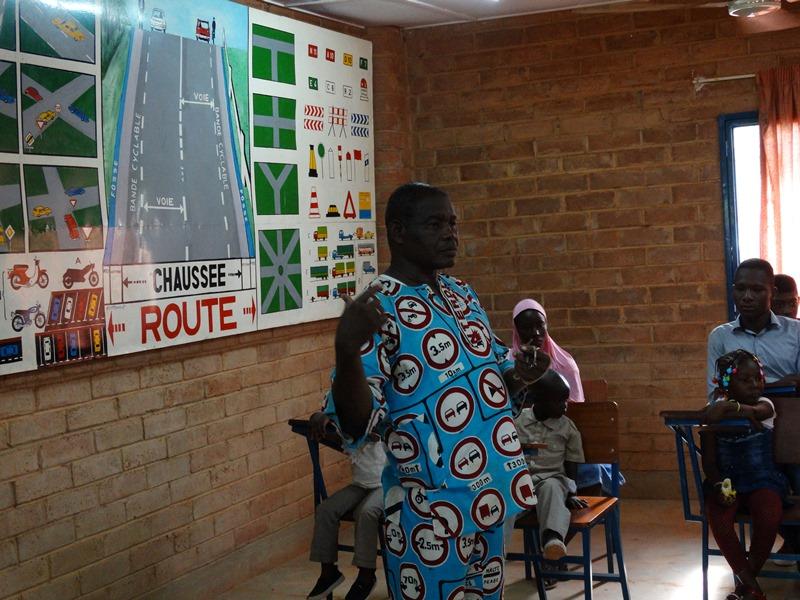 Lada Daniel Zombré, président de l'AERE expliquant aux enfants comment se comporter en circulation © Burkina24