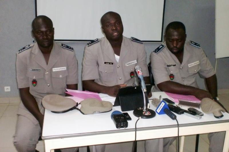 Le Commissaire de Police, Issiaka Tou, Directeur des services informatiques (au milieu) - © Burkina24