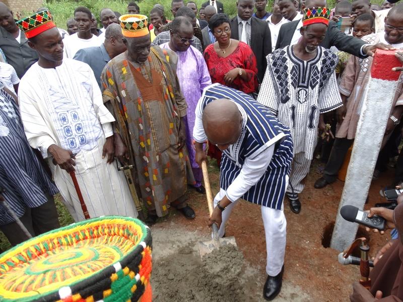 Le Premier ministre a procédé à la délimitation du site par la construction des balises. © Burkina24