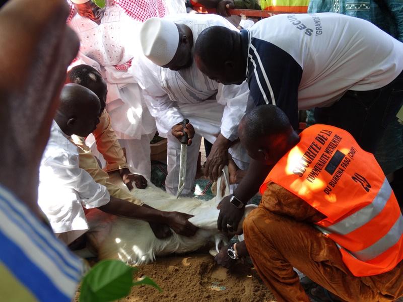 L'imam Aboubacar Sana accomplissant le sacrifice. © Burkina24