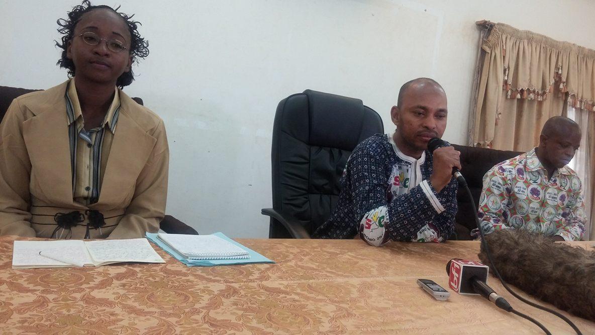 Le ministre de la culture Tahirou Barry (micro) a parrainé la dédicace