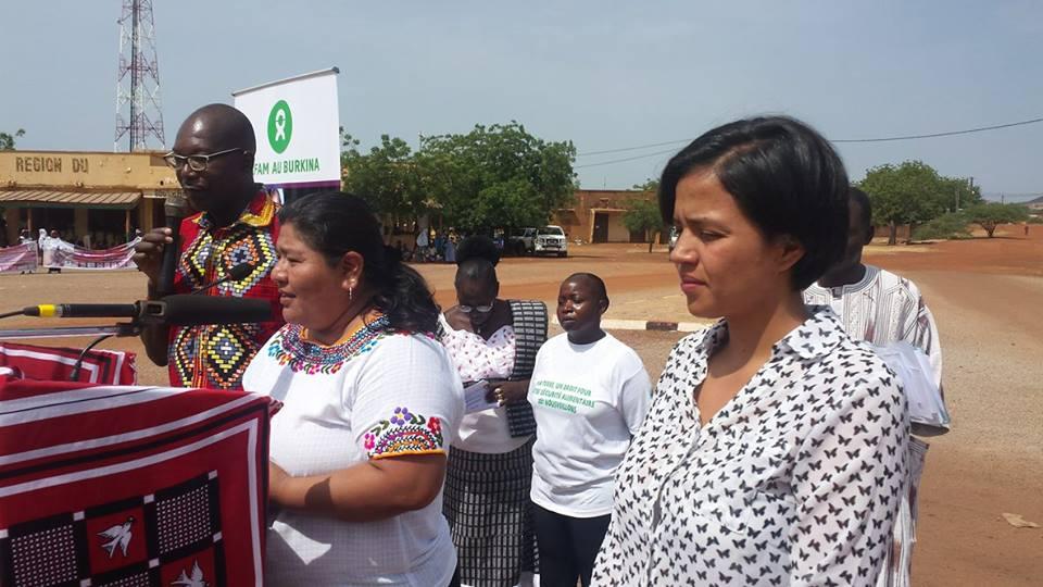 Olivia Zuniga (premier plan) dont la mère Bertas Caceres a été assassinée pour son engagement et Rachel Vasquez du Venezuela au micro