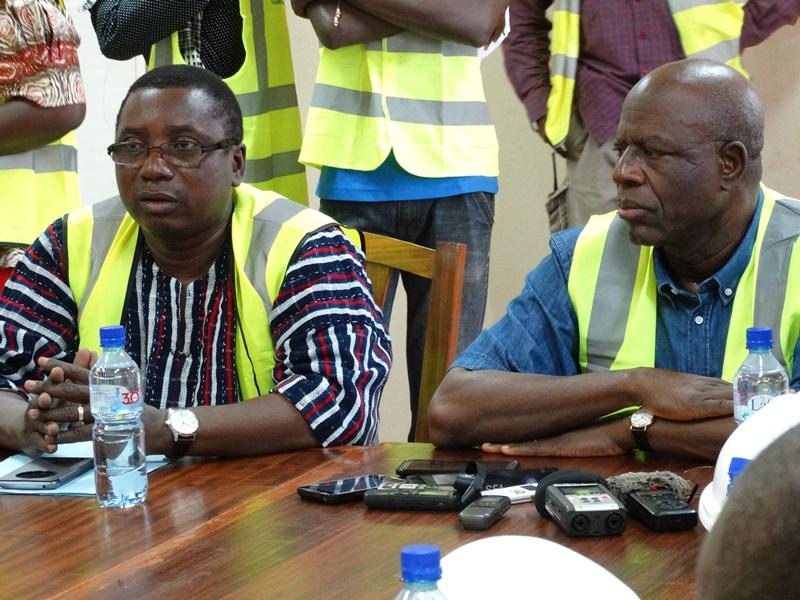 Araba Jules Ouédraogo, directeur de l'ONEA, à gauche, rend compte au ministre de l'état d'avancement des travaux en mi-visite du chantier © Burkina24