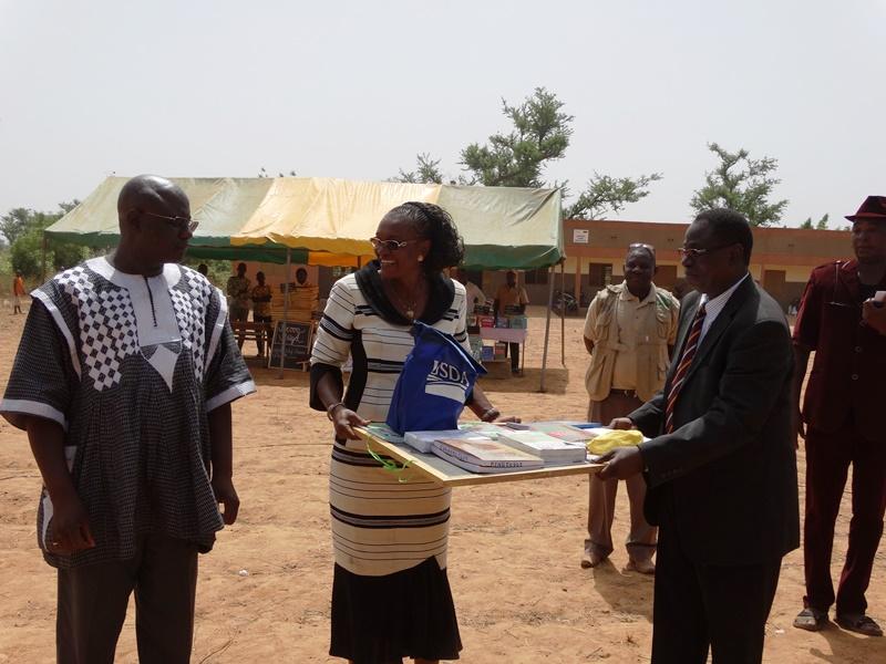 La gouverneure Nandy Somé Diallo a reçu un échantillon de Moussa Dominique Bangré du CRS qu'elle a remis aux directeurs provinciaux de l'éducation © Burkina24