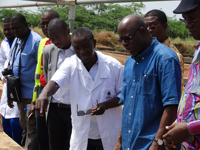 Le ministre Niouga Ambroise Ouédraogo (habit jeans) se fait expliquer le processus de purification de l'eau à travers l'élevage des poissons par l'environnementaliste Augustin Néya © Burkina24