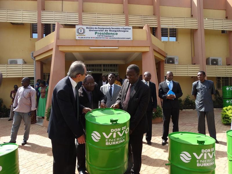 Le ministre de l'enseignement supérieur a reçu symboliquement une poubelle des responsables d Vivi Energie qu'il a remis au président de l'université © Burkina24