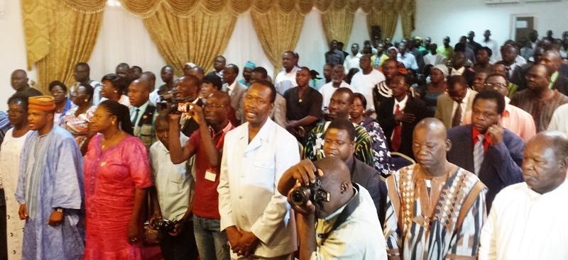 Les participants entonant l'hymne du parti à l'ouverture des deuxièmes journées parlementaires de l'UPC