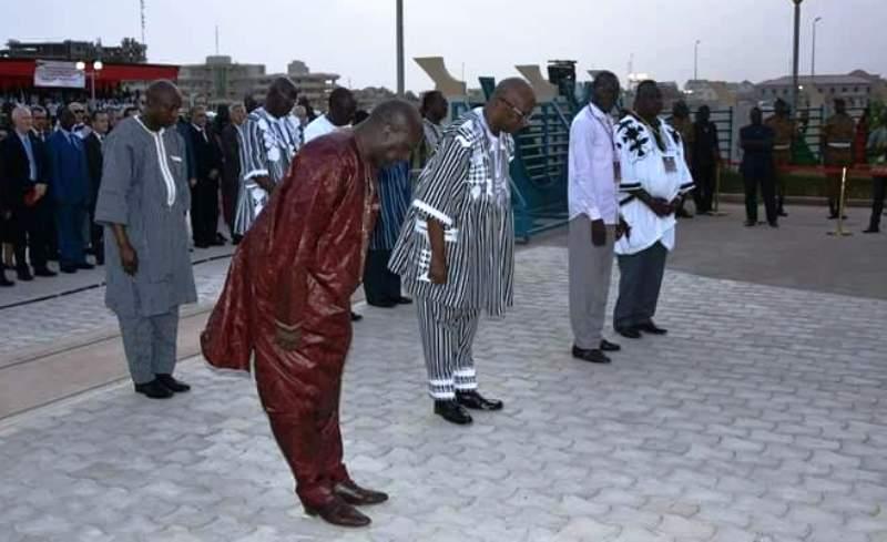 Zéphirin Diabré et Roch Kaboré s'inclinant devant la mémoire des martyrs. (Photo : MATDSI)