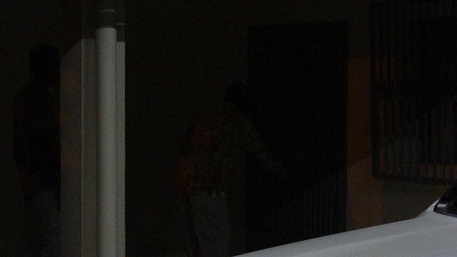 Dans la pénombre matinale, Simon Compaoré ferme la porte de sa maison