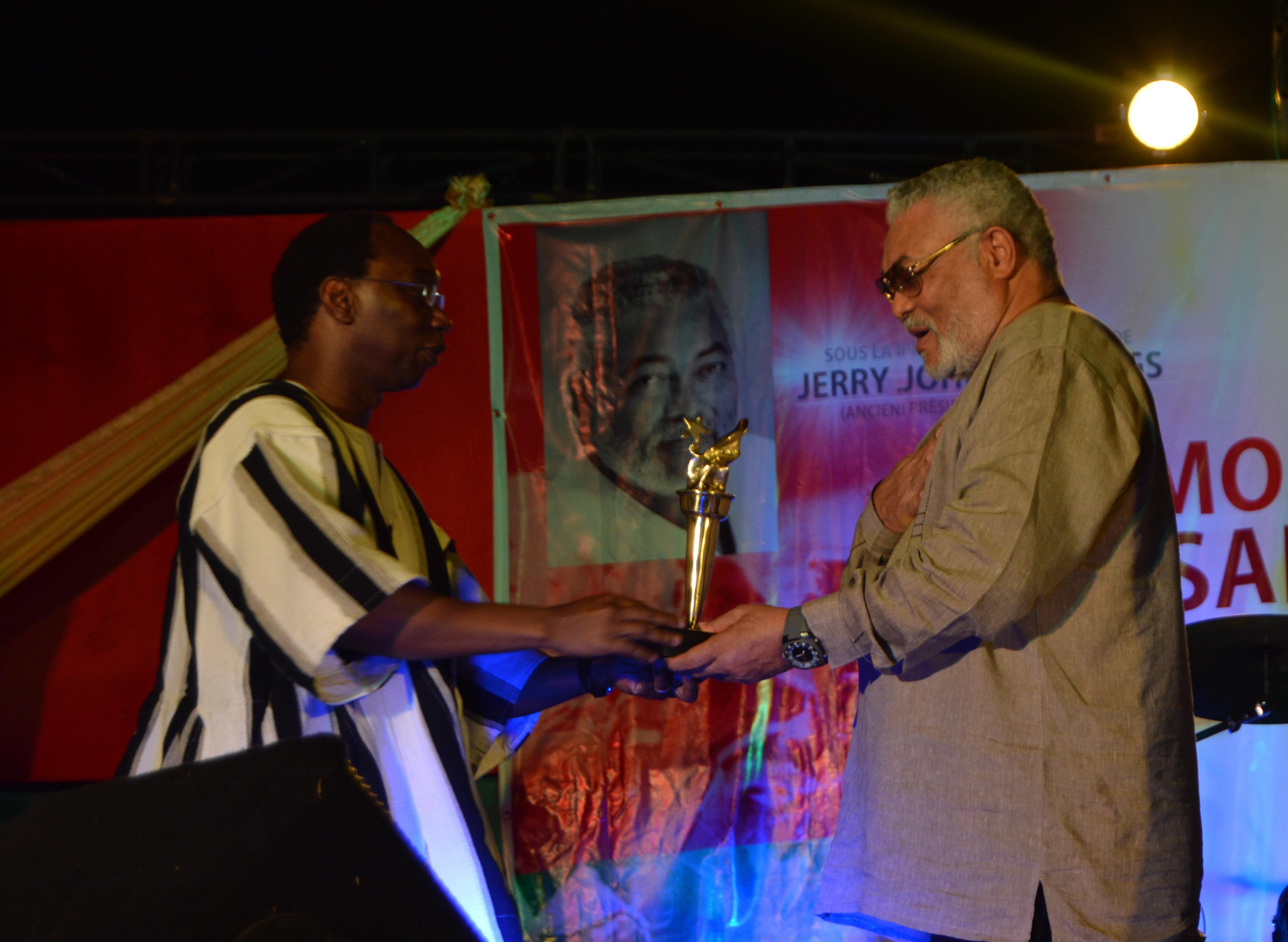 Rwalings (à droite) a aussi reçu son Flambeau de la Révolution - © Burkina24