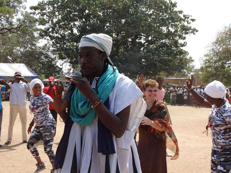 """Anne Vincent, représentante résidente de l'UNICEF n'a pas hésité à faire des pas de danse sur la musique de Sana Bob dont l'un des passages parle de toilettes publiques : """"Pisser c'est 25 francs et chier c'est 50 francs"""" © Burkina24"""