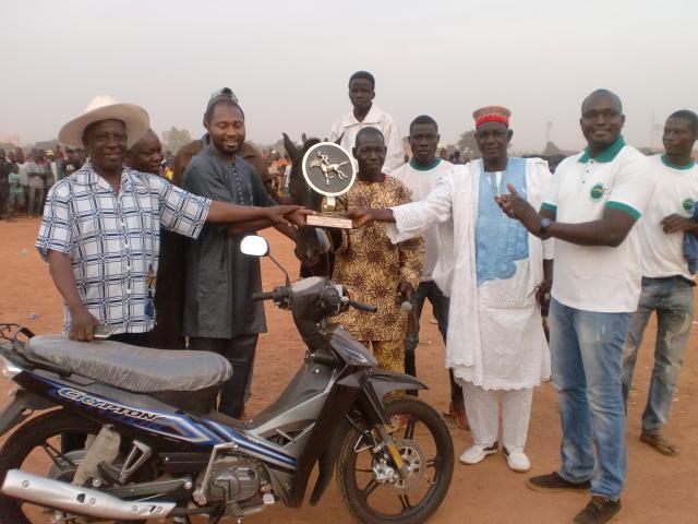 Le lauréat du grand prix du Président du Faso recevant son trophée