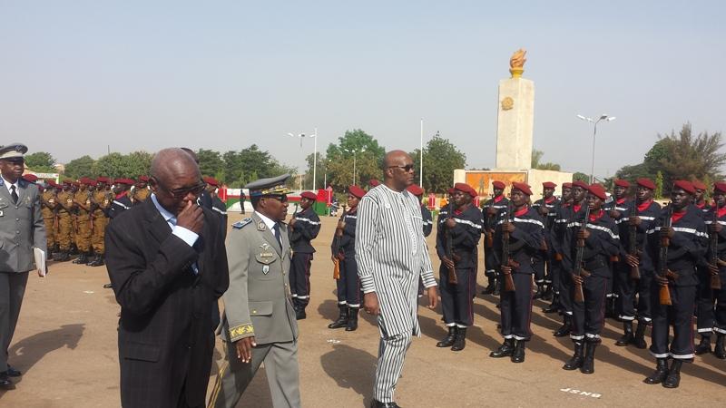 Le Président Kaboré, chef suprême des armées effectuant la revue des troupes. © Burkina24
