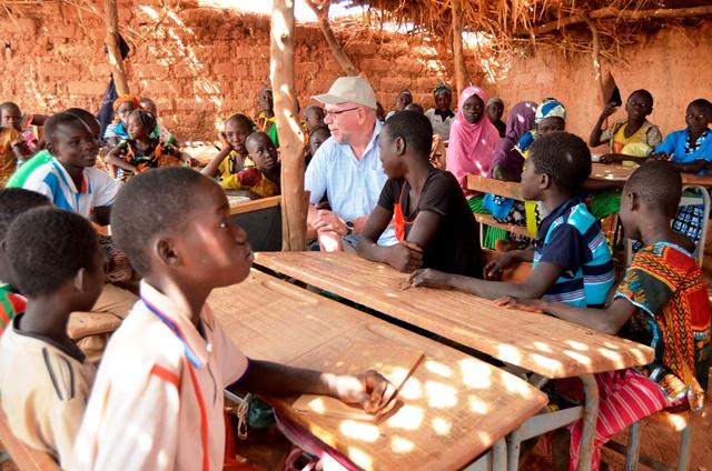 Le donateur en visite dans une école sous paillote