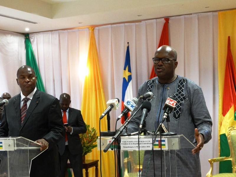 Les Présidents Rock Kaboré et Archange Touadera ont animé conjointement le point de presse après la signature de l'accord-cadre © Burkina24