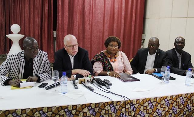 Les responsables de Plan et le donnant à la conférence de presse