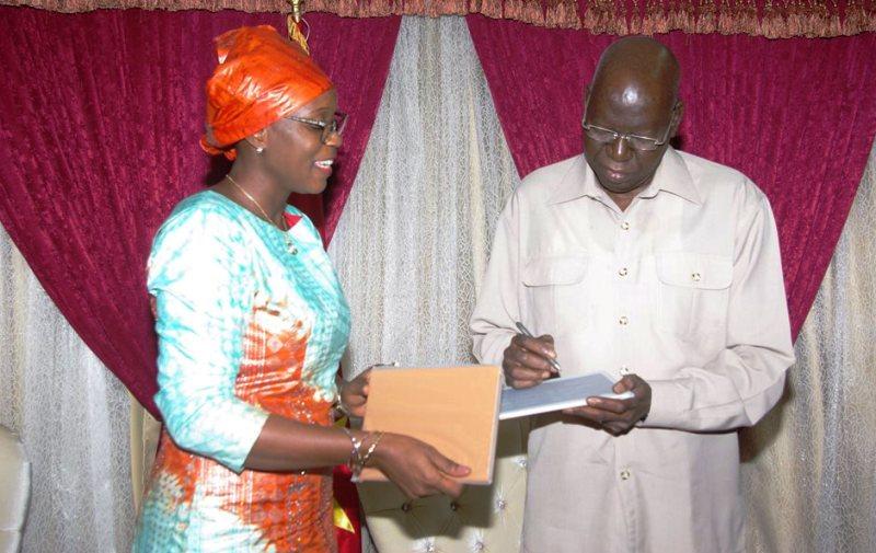Aminata Sana/Congo ministre de l'économie numérique lors de la remise des tablettes au Président de l'Assemblée nationale.