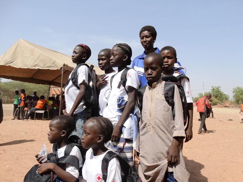 Mme Roselyne Kiendrebéogo Yanogo avec ses élèves lauréats du premiers prix
