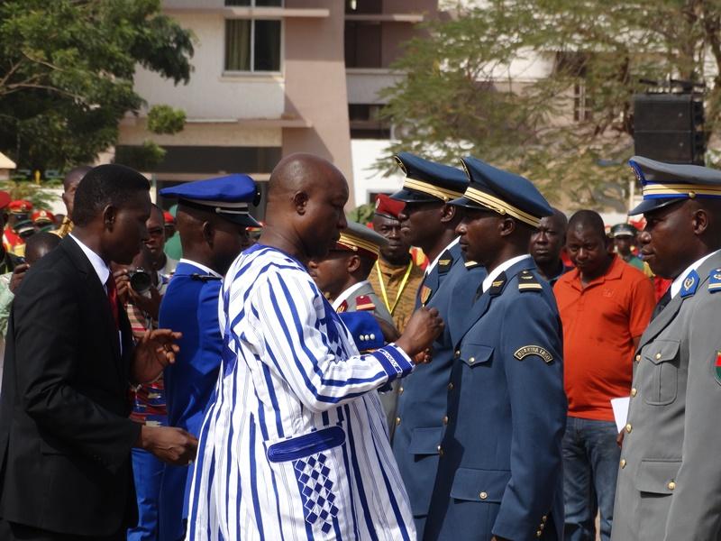Un lieutenant de l'armée de l'air décoré par le Premier ministre Thiéba. © Burkina24