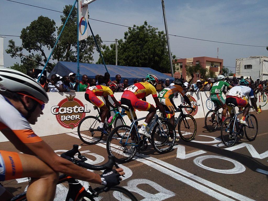 L'arrivée groupée a permis au Burkina de conserver le maillot jaune par l'intermédiaire de Harouna Ilboudo