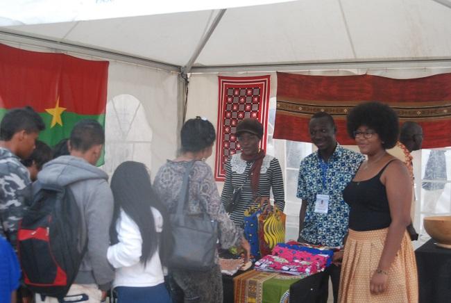 Le modeste stand du Burkina au village de la francophonie sert de lieu de rencontre pendant le sommet