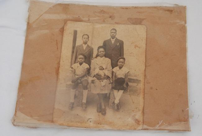 La famille de Bernadette Ouédraogo. Son père débout et sa mère au milieu. Elle n'était pas encore née à l'époque