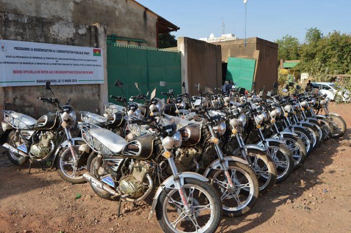 La remise de 89 motos au profit des chefs de circonscriptions d'éducation de base des régions