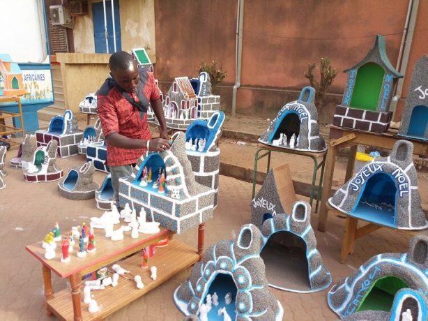Brice Ilboudo vendeur de décoratif pour la Noël devant l'église de la Cathédrale